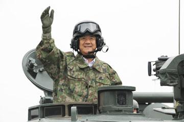 戦車に乗ってうれしそうな北澤防衛大臣