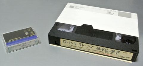 デジタルの「miniDV」テープとアナログの「VHS」テープ
