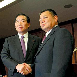 額賀防衛庁長官と島袋市長の「基本合意」