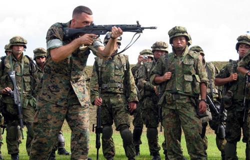 米兵の射撃を見る自衛隊員
