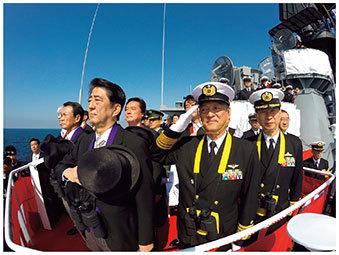 自衛隊観艦式において登舷礼(とうげんれい)を受ける安倍内閣総理大臣.jpg