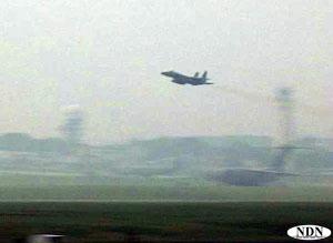 嘉手納基地を離陸するF-15戦闘機.jpg