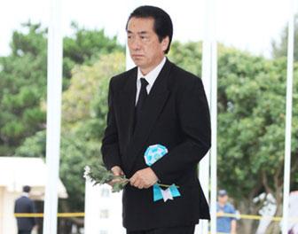 沖縄全戦没者追悼式で献花する菅首相